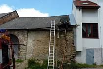 V neděli odpoledne hořela ve Žďáře nad Sázavou střecha opuštěné budovy, na místě zasahovali hasiči ze dvou jednotek