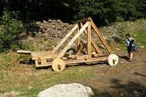 První obléhací stroje stojí pod Zubštejnem.