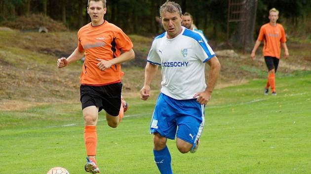 Zatímco fotbalistům Bobrové (vlevo) úvod sezony vyšel, Rozsochám se zatím vůbec nedaří.