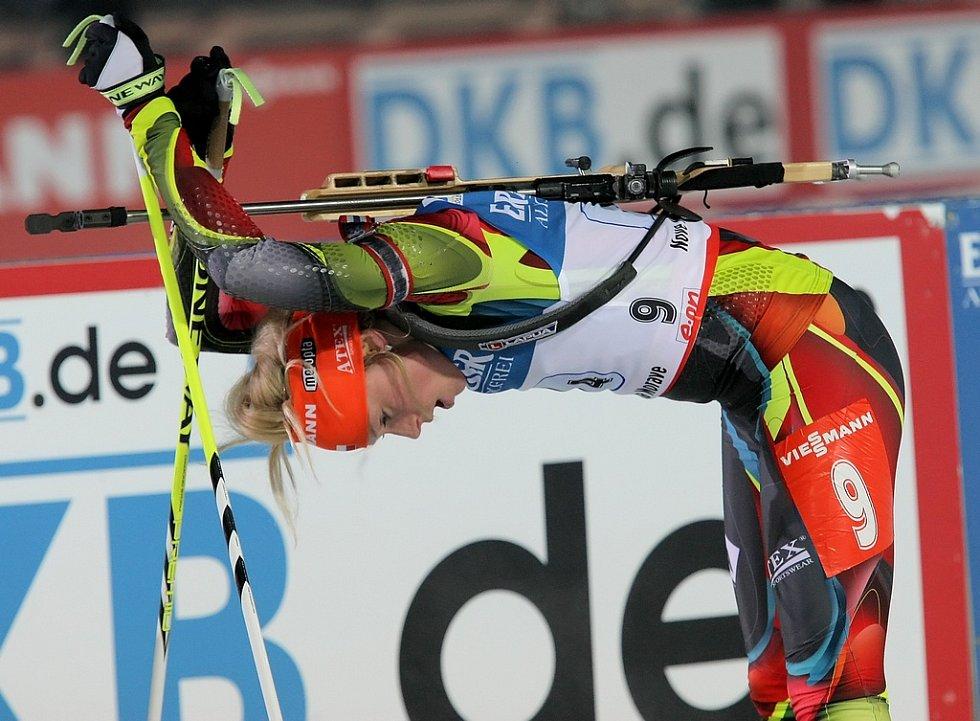 Zcela vyčerpaná Barbora Tomešová v cíli jednoho z předchozích závodů.