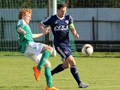 Fotbalisté předposlední Vrchoviny (vpravo kapitán Lukáš Michal) se dnes pokusí o přerušení série Velké Bíteše, která doma zatím všechny zápasy vyhrála.