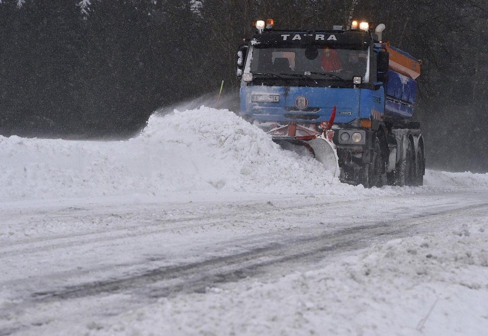 Přívaly sněhu spojené s prudkým nárazovým větrem komplikovaly 4. ledna dopravu v celém Kraji Vysočina.