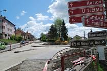 Ve dnech 19. 5. 2014 až 21. 5. 2014 bude v úseku silnice II/602 mezi okružní křižovatkou Kaufland a odbočkou na ulici K Buči probíhat frézování obrusné vrstvy vozovky, odstraňování obrub a přídlažeb.