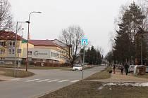 Především silnice v Neumannově ulici je ve špatném stavu a nutně potřebuje opravy. Stavební práce plánuje město na letošek.