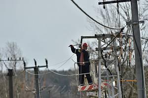 Energetici opravují vedení, ilustrační foto
