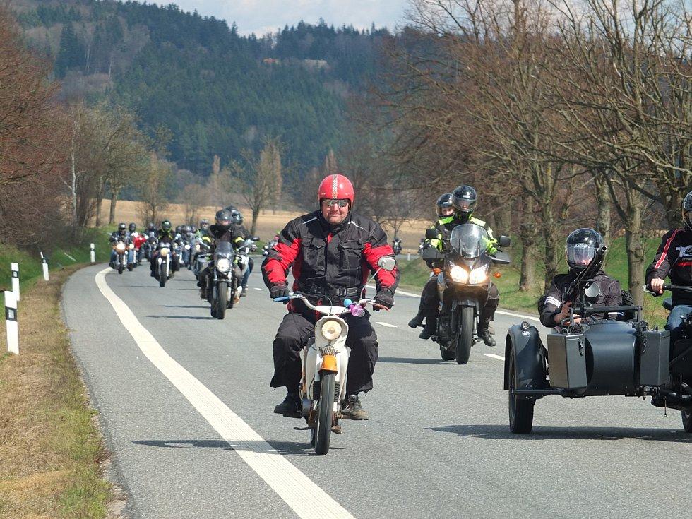 Rychlobruslařský ovál u žďárského zimního stadionu zaplnily stovky strojů. Motorkáři pak odtud vyrazili na vyjížďku, aby symbolicky otevřeli silnice.