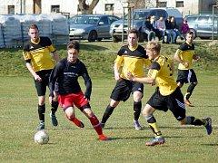 Hráči Moravce (ve žlutém) v prvním kole krajského poháru na půdě Bohdalova neuspěli.