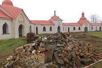 Ze země mizí poslední pozůstatky někdejších hrobových míst.