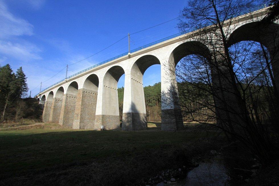 Velký železniční viadukt Kutiny