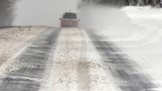Vysočinou postupuje od západu sněžení. Silnice jsou s opatrností sjízdné