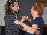 Úvodní vystoupení letošního KoresponDance secvičilo společně mexické uskupení umělců Foco alAire producciones se seniory ze Žďáru nad Sázavou a z Jihlavy.