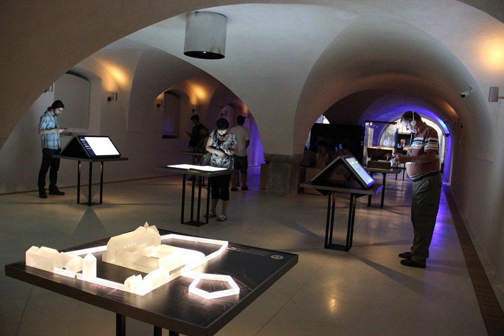 Cisterciácká expozice v přízemí. Jednotlivá zastavení tam mají formu stolů.