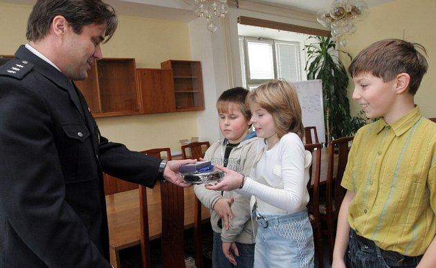 Cenu přebrali žáci páté třídy z rukou vedoucího žďárského dopravního inspektorátu Jana Kostečky.