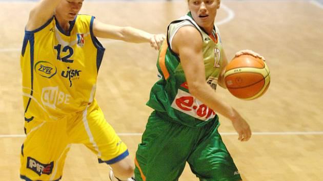 Markétě Mokrošové (ve žlutém) se ligové finále proti Brnu (s míčem Zuzana Žirková) nepovedlo. Šanci spravit si chuť teď bude mít v reprezentaci.