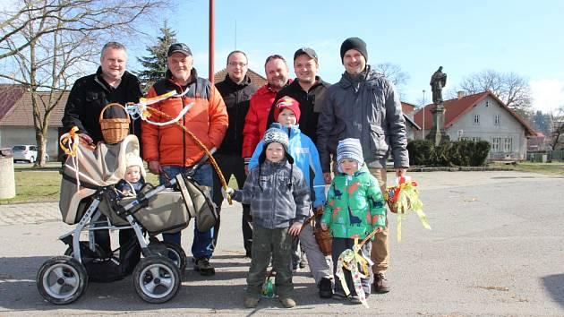V pondělí ráno do ulic Vojnova Městce vyrazila také desetičlenná skupina koledníků zahrnující tři generace. Devět z deseti mužů (a chlapců) jsou nositeli příjmení Malivánek.