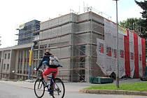 Zateplení přinese nejenom energetické úspory, ale rovněž nový vzhled budovy žďárského divadla. Původní secesní Národní dům, přestavěný v 70. letech ve funkcionalistickém duchu, stojí na Doležalově náměstí.