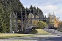 Do Světového poháru v biatlonu v Novém Městě na Moravě zbývá ještě šest týdnů, už nyní ale rostou v areálu Vysočina arény mobilní tribuny.