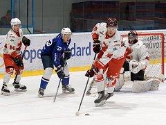 Hodně napínavou, ale pro oko diváka také kvalitní podívanou slibuje čtvrtfinálová série play-off II. ligy mezi hokejisty Žďáru (v bílém) a Kolína (v modrém). První duel se hraje dnes na žďárských Bouchalkách od 18.00.