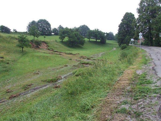 Záplavová vlna se prohala obcí Bory na Velkomeziříčsku.