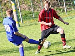 Hráči béčka Křižanova (v červeno-černém) ve  druhém kole IV. třídy zvítězili na hřišti rezervy Osové Bítýšky 2:1. Oba góly přitom vstřelili až po změně stran.