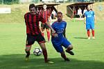 Také v dalším ročníku krajské 1. A třídy na sebe opět narazí fotbalisté Radešínské Svratky (v modrém) a Moravce.