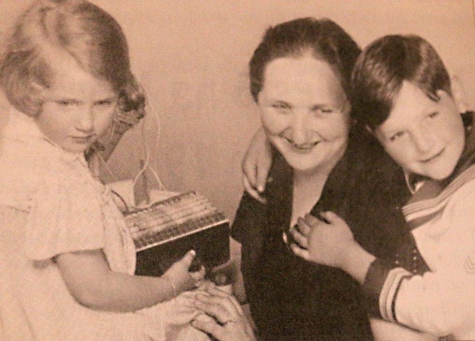 Hana a Jiří s maminkou.