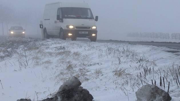 Ke sfoukanému sněhu se na řadě silničních úsecích regionu přidala i hustá mlha.