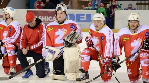 Źďárští hokejisté splnili cíl a lehce postoupili z osmifinále. Následnou děkovačku si mohl vychutnat i mladý brnakář Jaromír Peška, který si odchytal poslední čtyři minuty v utkání.