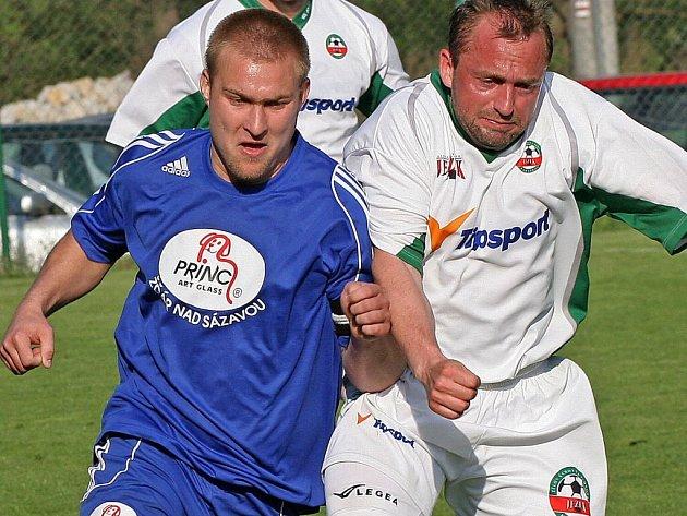 Kapitán Petr Bureš (v modrém) patří mezi hráče na marodce, kteří by ovšem mohli už o víkendu naskočit do zápasu.