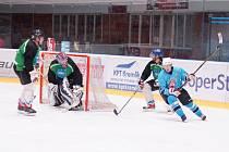 Ani v letošním ročníku Vesnické hokejové ligy nebudou ve vyřazovací části chybět hráči Světnova (v modrých dresech) i vítěz základní části z Vatína (v zelenočerném).