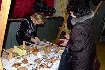 Nakoupit keramiku, šperky či medové produkty mohli v úterý návštěvníci vánočního jarmarku v Domě dětí a mládeže ve Žďáře.