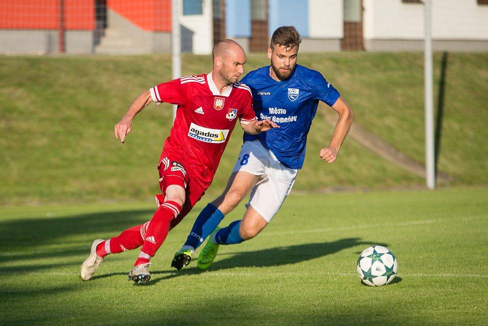 V premiérovém utkání letošního ročníku MSFL mezi Velkým Meziříčím (v červeném) a Dolním Benešovem (v modrých dresech) se body dělily.