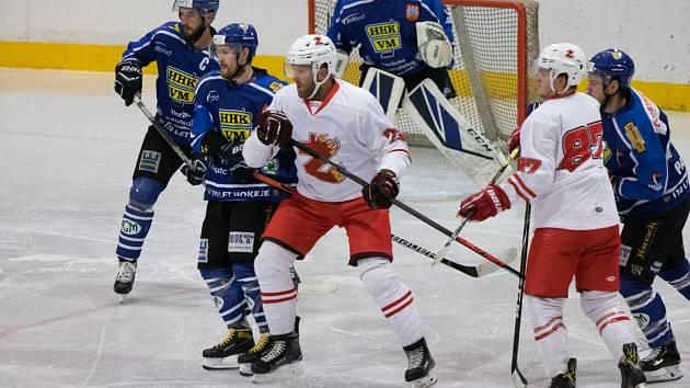 To, že se letošní světový šampionát v ledním hokeji neuskuteční v Bělorusku, vyvolalo v týmu Žďáru (v bílých dresech) i Velkého Meziříčí (v modrém) kladné reakce.
