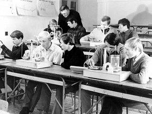 Z historie bývalého strojírenského učiliště (dnes pracoviště Strojírenská žďárské VOŠ a SPŠ) - výuka v učebně fyziky.
