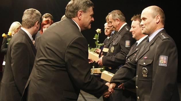 Vyznamenání pro záchranáře v kraji Vysočina. Na snímku je vpravo Bohumil Šlapák, vedoucí oddělení Policie ČR územní odbor Žďár na Sázavou. Gratuluje mu Jan Slámečka, zastupitel kraje Vysočina.