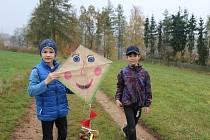 Školáčci si volnou hodinu věnovanou oblíbené podzimní činnosti.