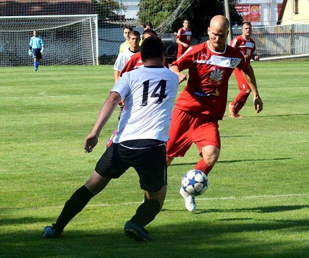 Skvělý vstup do soutěže mají fotbalisté polenského Slavoje a Velkého Meziříčí (na fotkách v červeném). Zatím jsou stoprocentní.