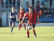 O tři body méně oproti loňskému podzimu tentokrát nasbírali fotbalisté Moravce (v černo-červených dresech).