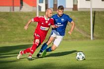 Z půdy juniorky ostravského Baníku se fotbalisté Velkého Meziříčí (v červeném záložník Petr Dolejš) vrátili po prohře 1:2 s prázdnou.