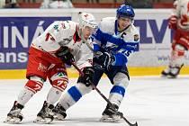 Hokejisté Žďáru (v bílých dresech) pykali na ledě Kopřivnice za chyby v defenzivní činnosti.