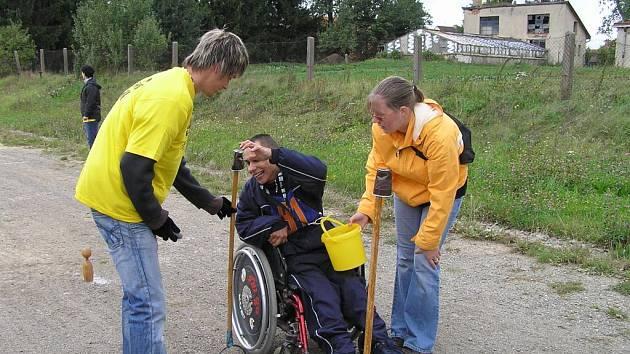 Přes dvě stě zdravotně handicapovaných z patnácti zařízení se po jedenadvacáté sjelo do Křižanova. Jednou z disciplín byl i závod s kelímky.