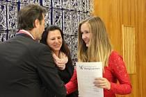Osvědčení Cambridge English a gratulace k úspěšnému složení zkoušky v anglickém jazyce převzali včera školáci ve Žďáře.