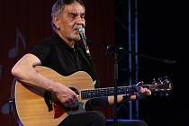 Evropský festival filozofie ve Velkém Meziříčí nabídne také škálu kulturních vystoupení. Posluchačům zahraje a zazpívá i písničkář Wabi Daněk (na snímku).