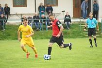 O uplynulém víkendu vyšli fotbalisté Bobrové (ve žlutém Martin Malý) i béčka Nové Vsi (v červeném Petr Bureš) bodově naprázdno.