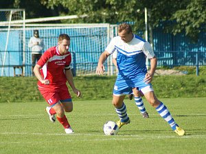 Hráči juniorky Vrchoviny (v červeném kapitán Libor Polnický) si v sobotu bez problémů poradili výsledkem 3:0 s posledními Moravskými Budějovicemi.