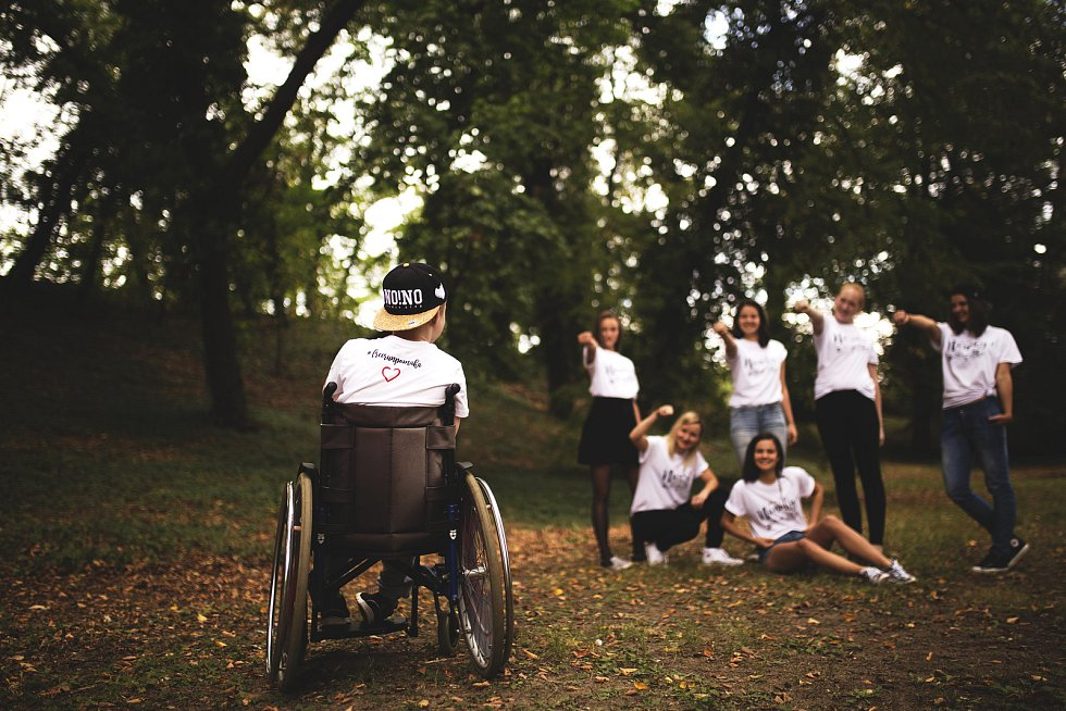 Dominikovi se rozhodla pomáhat šestice mladých žen, jež tvoří FreeRun team. Už v minulosti sestava podpořila pořádáním běhu bystřický stacionář Rosa nebo psí útulky.