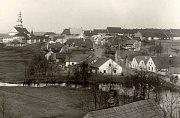 Palackého ulice koncem 30. let 20. století, vpravo později vybombardovaný Burešův hostinec.