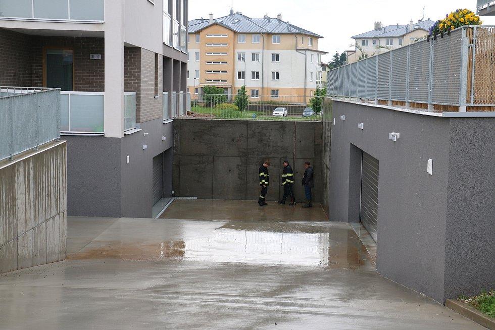 V nových bytovkách na Klafaru byly vyplavené garáže.
