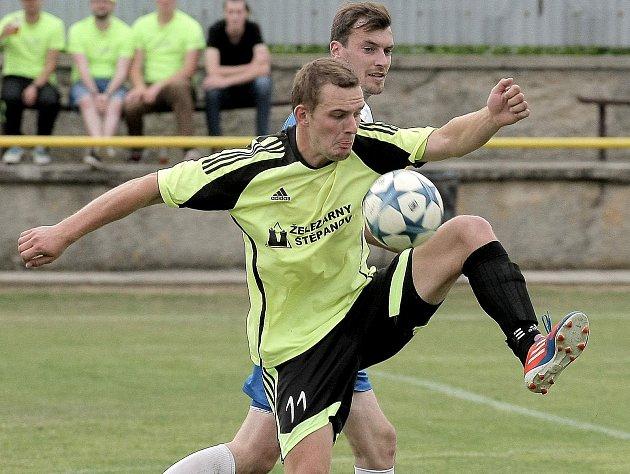 Fotbalisté Štěpánova nad Svratkou (ve žlutém) doma v 8. kole I. B třídy – skupiny B podlehli Rokytnici 0:1, když jediný gól utkání padl až v předposlední minutě zápasu.