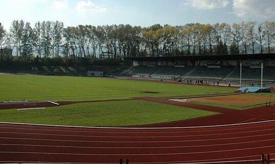 Stadion by měl dostat tartanový povrch.